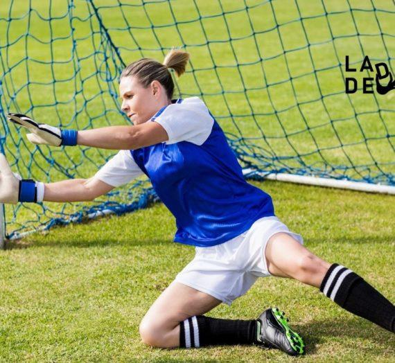 Una mujer en el campo de fútbol